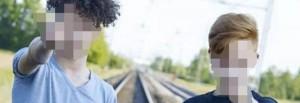 Guarda la versione ingrandita di Selfie sui binari mentre arriva il treno: moda folle FOTO