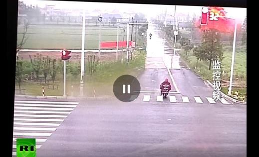 VIDEO YOUTUBE Camion sta per investirlo: il motociclista...