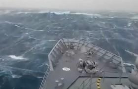 YOUTUBE La nave sorpresa da un'onda mostruosa nell'Oceano