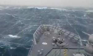 La nave sorpresa da un'onda mostruosa nell'Oceano