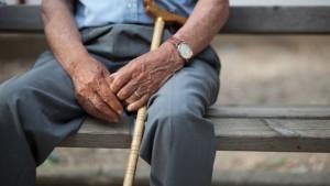 Nonno stalker: a 81 anni molestava vedova 70enne per amore