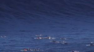 YOUTUBE Onda gigantesca alle Hawaii. Surfisti per evitarla..