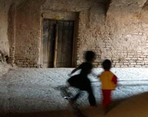 Guarda la versione ingrandita di Napoli: accarezza tre bambine, mamme tentano di linciarlo (foto d'archivio Ansa)