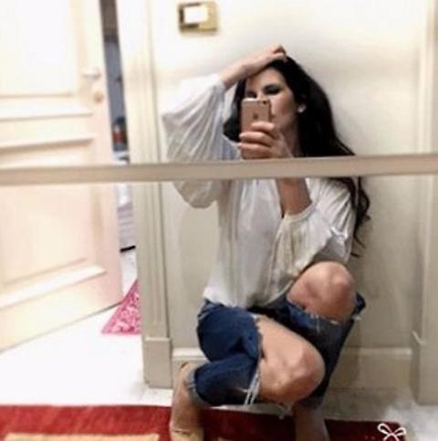 Pamela Prati, selfie con jeans sbottonati su Instagram FOTO