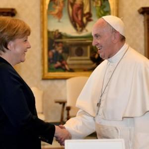 """Papa Francesco: """"Sogno un'Europa accogliente con i migranti"""""""