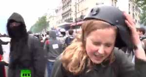 YOUTUBE Parigi, giornalista schiaffeggiata dai manifestanti