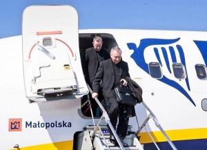 Cardinale Parolin vola con Ryanair. Ma Alitalia si offende