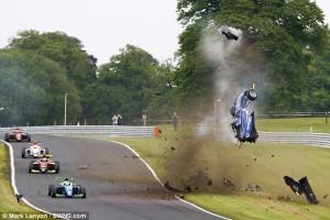 YOUTUBE F3 incidente choc: l'auto vola via dalla pista e...