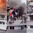 Traghetto in fiamme, passeggeri si buttano in mare 4