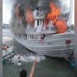 Traghetto in fiamme, passeggeri si buttano in mare 2