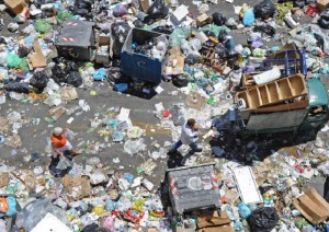 Rifiuti, decomposizione: quanto tempo ci vuole a smaltirli