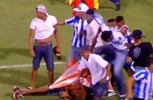 Guarda la versione ingrandita di YOUTUBE Brasile: tifoso massacrato in campo, in fin di vita
