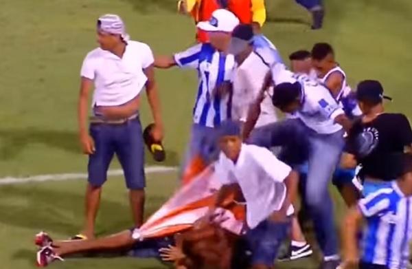 YOUTUBE Brasile: tifoso massacrato in campo, in fin di vita