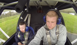 YOUTUBE In volo con Robbie, bimbo con sindrome di Williams