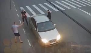 YOUTUBE Disarmato mette in fuga 3 buttafuori con la pistola