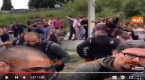 YOUTUBE Matteo Salvini al campo rom. E loro reagiscono...