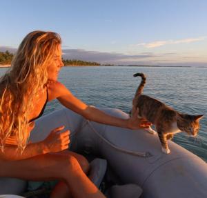 Guarda la versione ingrandita di Liz Clark e la sua gattina in barca, giro per il mondo (Foto Instagram)