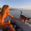 Liz Clark e la sua gattina in barca in giro per il mondo FOTO