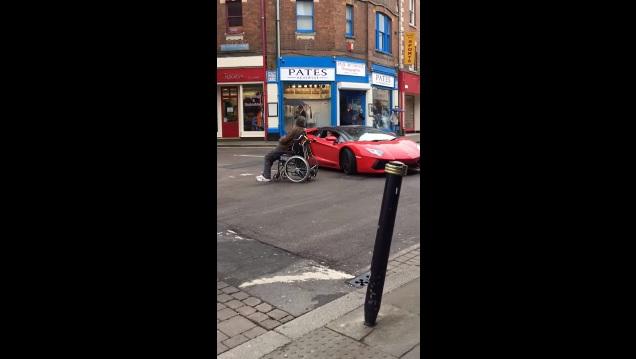 Sedia a rotelle contro Lamborghini, chi vince? Guarda VIDEO