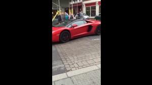 Guarda la versione ingrandita di Sedia a rotelle contro Lamborghini, chi vince? Guarda VIDEO