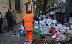"""Lunedì 30 sciopero spazzini: """"Tenete immondizia in casa"""""""