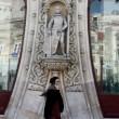 Lisbona: tenta selfie con una statua...ma la distrugge2
