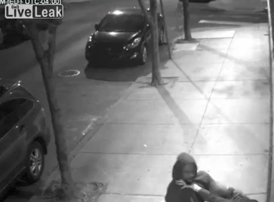 VIDEO La afferra per strada, prova a toglierle vestiti ma... 02