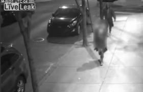 VIDEO La afferra per strada, prova a toglierle vestiti ma…