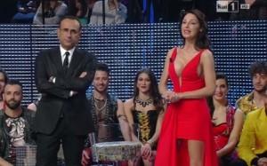 Guarda la versione ingrandita di Anna Tatangelo, vestito rosso con scollatura… FOTO