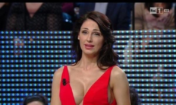 Anna Tatangelo, vestito rosso con scollatura... FOTO