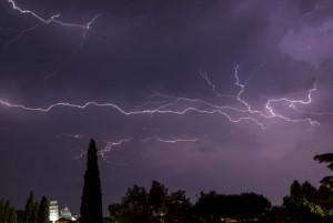 """Meteo, pioggia e vento in tutta Italia: """"Allarme fulmini"""""""
