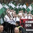 YOUTUBE Svezia, donna sfida con pugno chiuso corteo neonazi 6