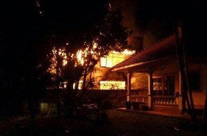 Almeno 17 studentesse thailandesi tra i cinque e i 12 anni sono morte domenica sera nell'incendio che ha distrutto il dormitorio di un collegio