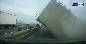 VIDEO YOUTUBE Tir fuori controllo: schianto sul ponte