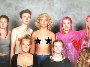 Ragazza in topless alla foto di classe: L'ho fatto per...