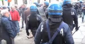Torino, scontri al corteo. Carica della Polizia