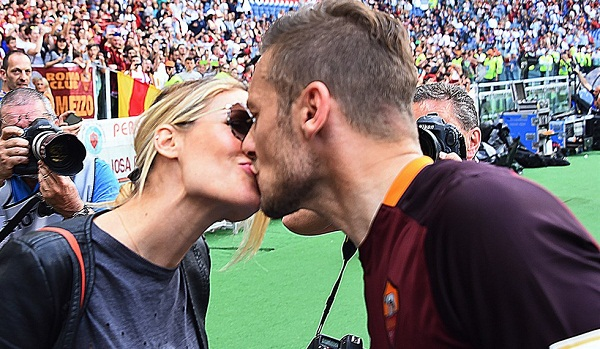 Francesco Totti e Ilary Blasi, bacio d'amore a bordocampo