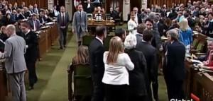 YOUTUBE Justin Trudeau strattona deputato in Parlamento e...