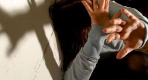 Picchia e minaccia la convivente incinta davanti ai figli
