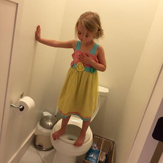 Mamma posta foto divertente figlia in bagno ma dietro - In bagno con mamma ...