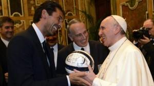 """Papa Francesco benedice l'Italia: """"Non torni sconfitta"""""""