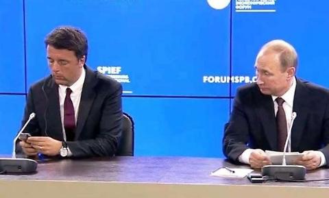 Renzi usa smartphone, Putin lo guarda perplesso FOTO 01