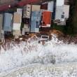 Tempesta colpisce Sydney: piscina crolla in mare