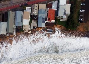 Guarda la versione ingrandita di YOUTUBE Tempesta colpisce Sydney: piscina crolla in mare