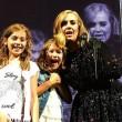 Adele alla fan sul palco Oh mio Dio, ti conosco3