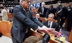 Brexit: Juncker, mano davanti: niente FOTO a Nigel Farage