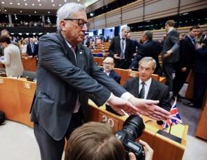 Brexit Juncker, mano davanti niente FOTO a Nigel Farage