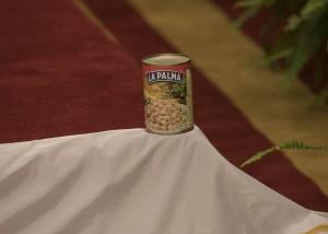 Guarda la versione ingrandita di Una scatoletta di fagioli (pasto simbolo degli 'spaghetti western' nonché ricordo di uno dei film più amati dai suoi fan 'Anche gli angeli mangiano i fagioli')