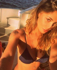 Belen Rodriguez in topless a bordo piscina FOTO