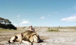 Cacciatori: posa con leone ucciso, ma altro felino777